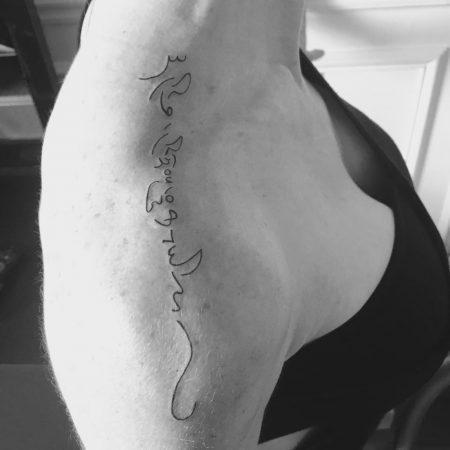 ecriture fine tatouage vertical