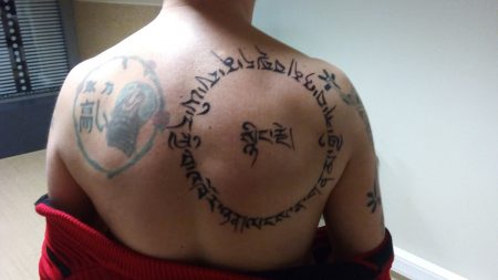tatouage tibétain dos cercle